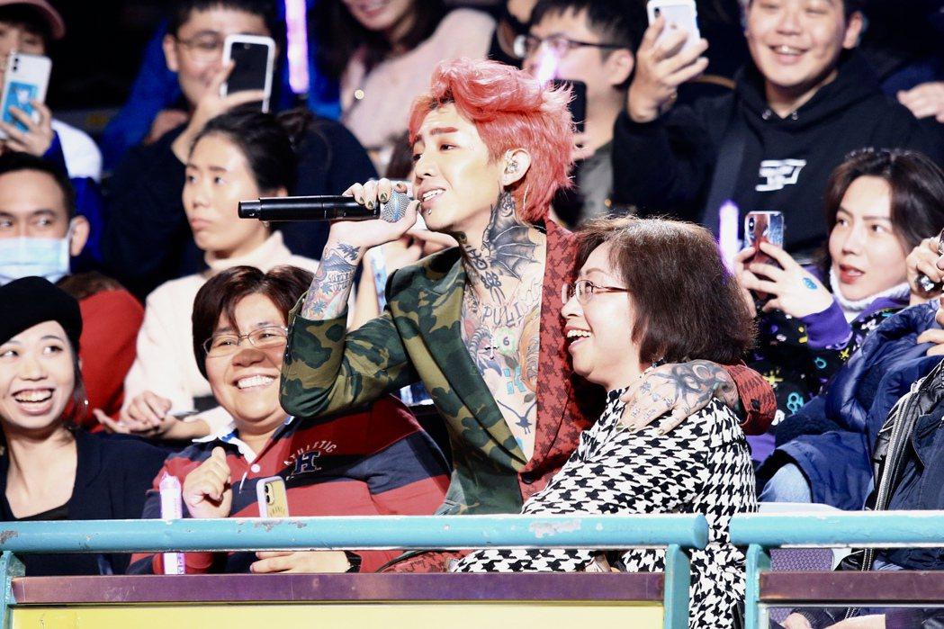 謝和弦在第15屆KKBOX風雲榜頒獎典禮上,與Lulu媽互動。 記者林伯東/攝影