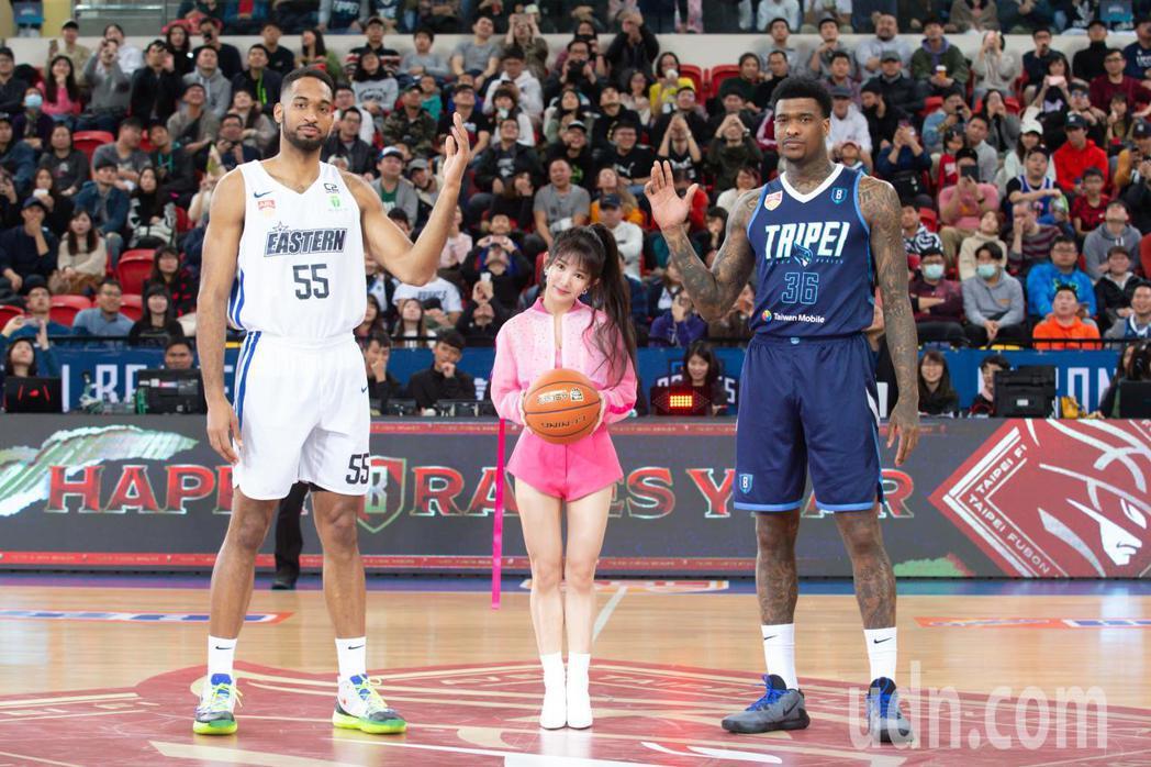 東南亞職業籃球聯賽(ABL)富邦勇士今天出戰香港東方龍獅,由郭書瑤開球。記者季相