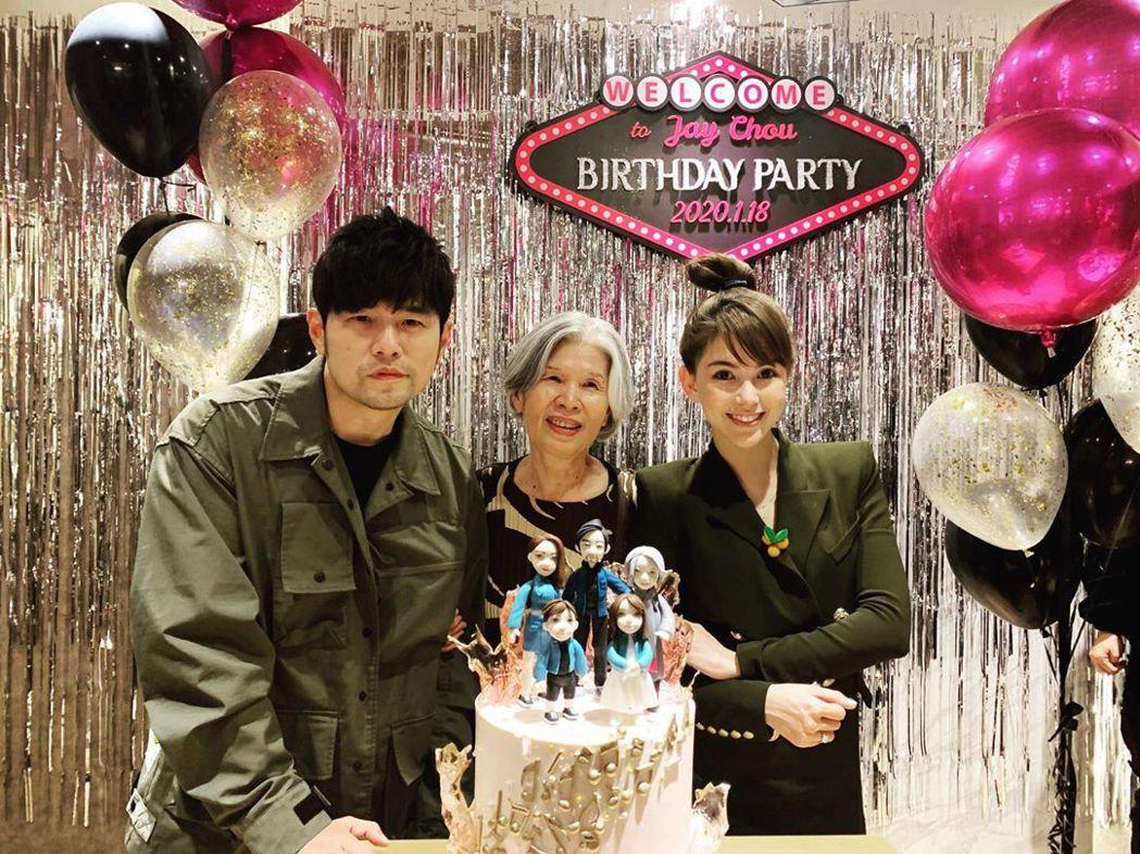 周杰倫41歲生日派對,與媽媽、老婆昆凌合照。 圖/擷自昆凌IG