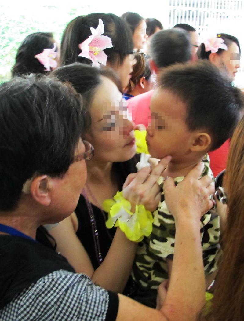 台北市教師研習中心臨床心理師柯書林表示,收容人攜童入監對於幼兒影響有利也有弊,必須考量母親身心狀態是否穩定。圖為情境照。圖/報系資料照片