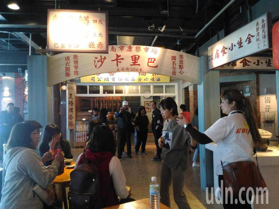 台南市香腸博物館,重現康樂市美食攤熱鬧場景,是遊客拍照熱門地點。記者黃宣翰/攝影