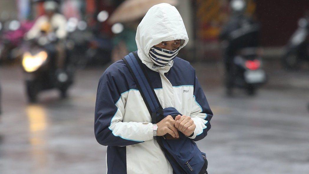 中央氣象局說,今晚到明晨受到輻射冷卻影響,仍有11度低溫的可能。 報系資料照