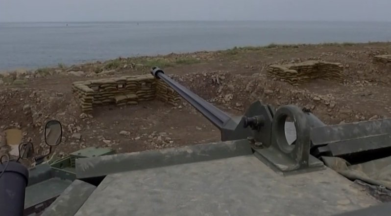CM34 30公厘機砲戰鬥車火力有能力完整嵌制河面密集掃射,成為河口防務新配備。圖/取自國防線上影片
