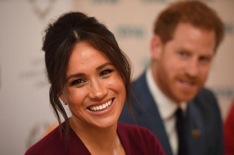 衛報分析2018年5月至2019年1月的新聞報導發現,英國哈利王子的妻子梅根(左)得到的負面下標是正面的逾兩倍。法新社