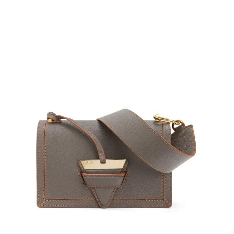 Barcelona灰褐色小牛皮肩背包,97,000元。圖/Loewe提供