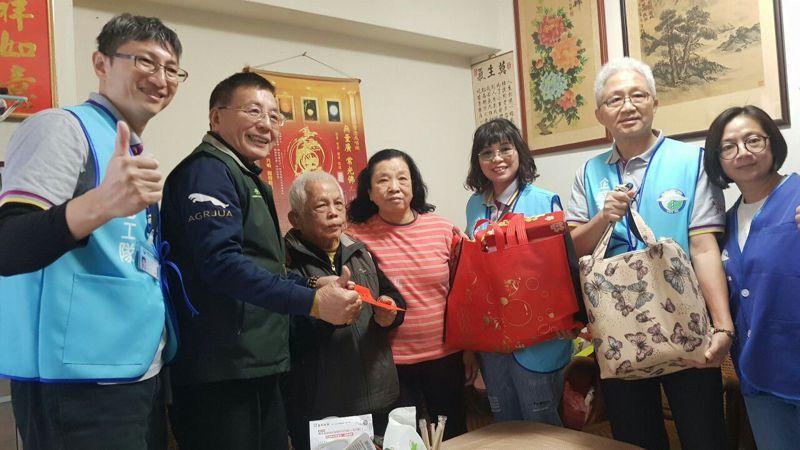 中國醫藥大學附設醫院志工在育德里長黃志銘(左二)帶領下關心該里長者。圖/黃志銘提供