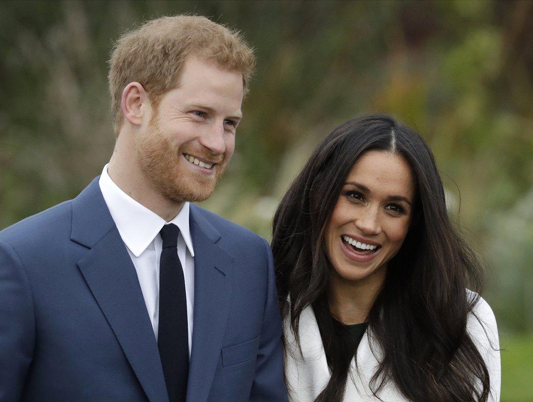 哈利王子及妻子梅根,圖為兩人2017年訂婚後亮相。美聯社