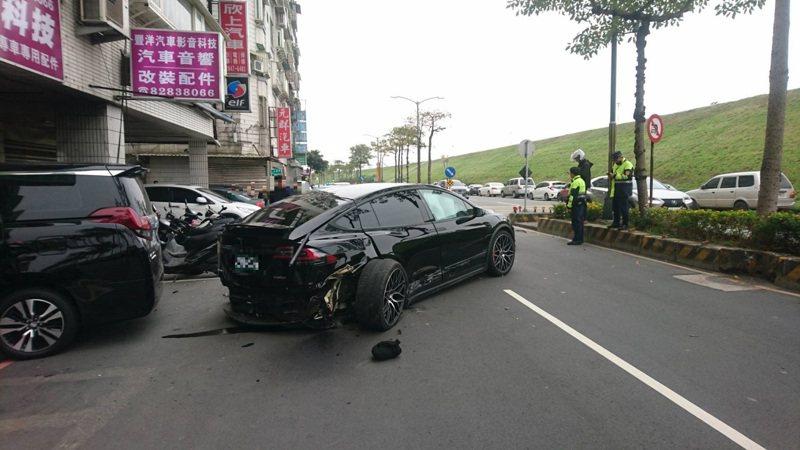特斯拉車損嚴重,連輪胎都快分離。記者巫鴻瑋/翻攝