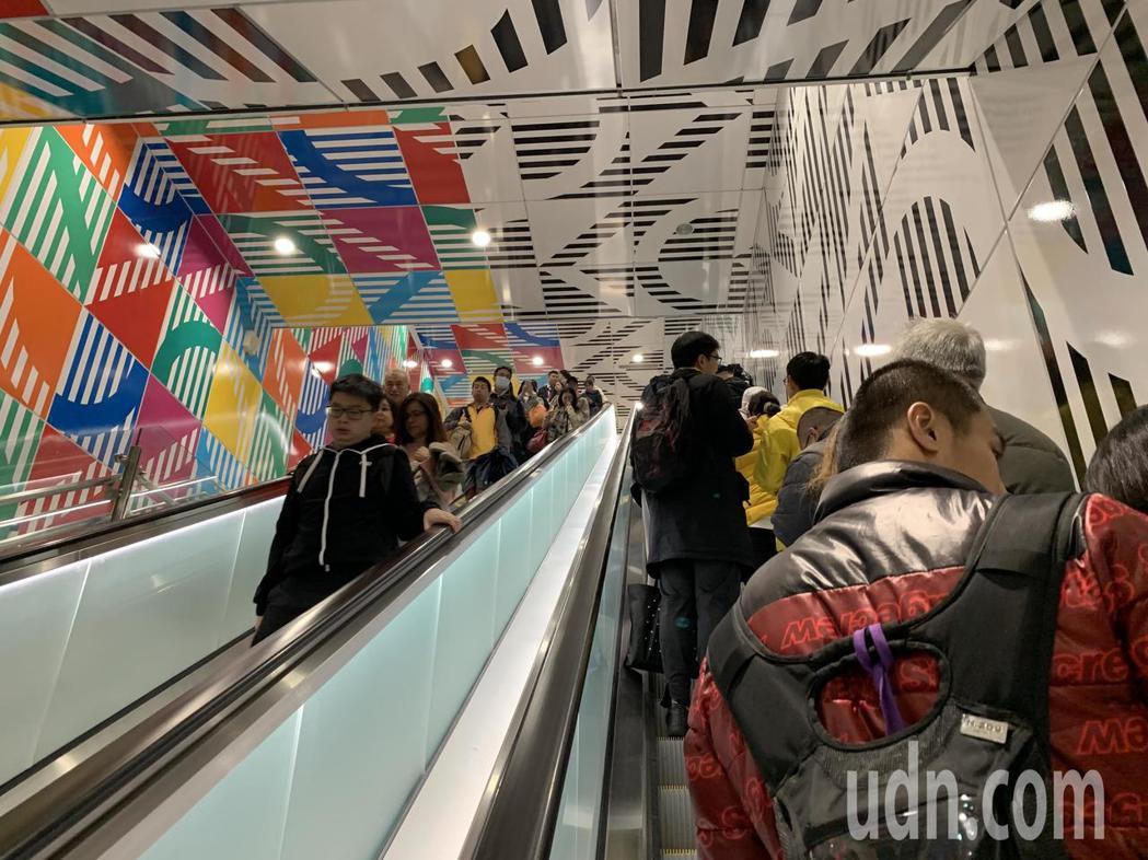 環狀線試乘首日,吸引大批民眾早起搶搭。記者張曼蘋/攝影