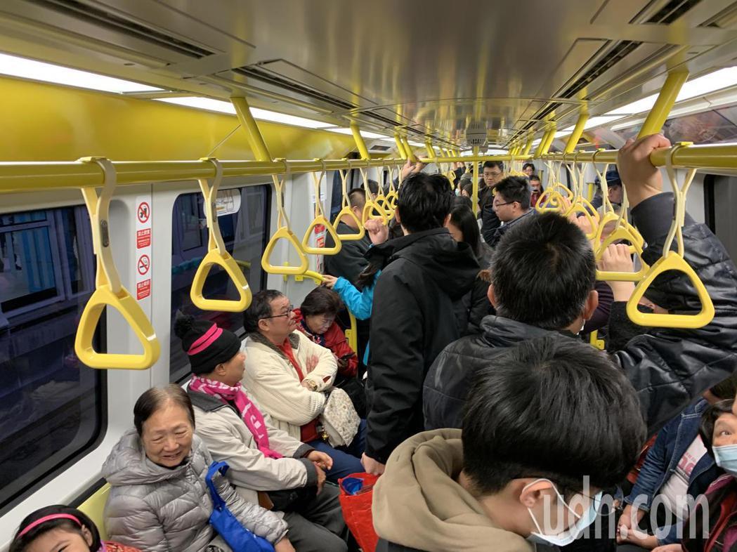 環狀線試乘,車廂內擠滿搶搭的民眾。記者張曼蘋/攝影
