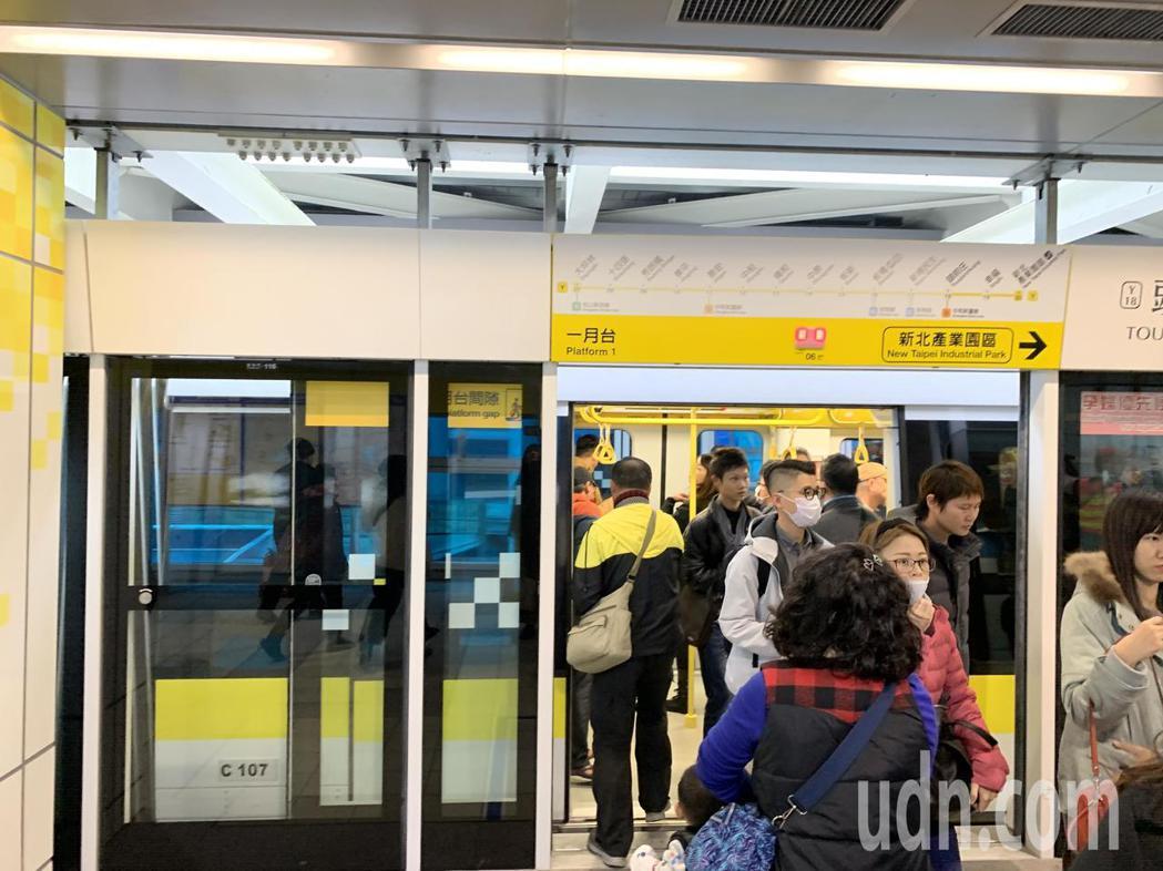 環狀線試乘首日,吸引大批民眾搶搭。記者張曼蘋/攝影