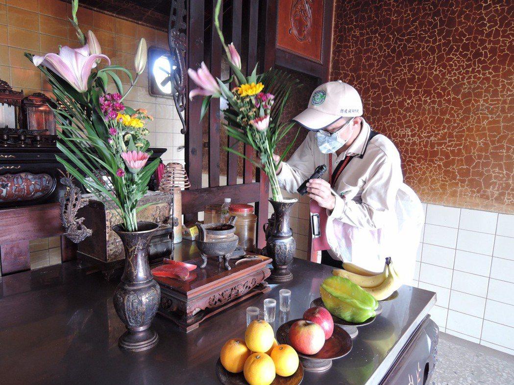 台南市今年境外移入登革熱病例再添一例,突圍防疫人員在進行病媒蚊孳清。圖/衛生局提...