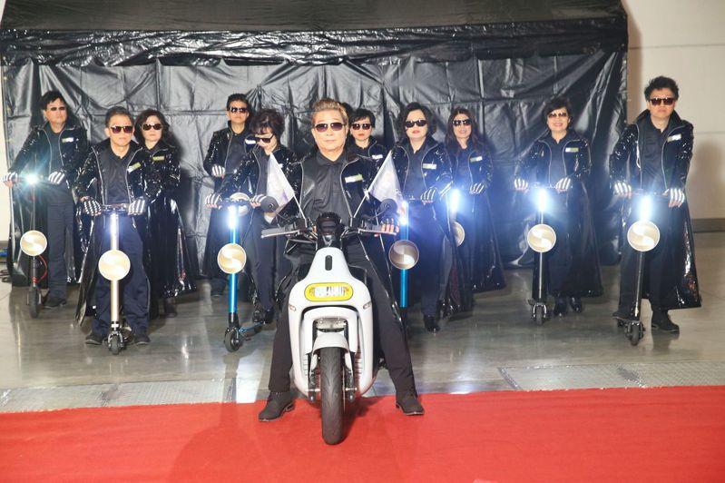 兆豐銀行今(19)日舉辦尾牙,董事長張兆順(前)率領高階經營團隊化身《駭客任務》主角,騎著Gogoro機車亮相。 圖/兆豐銀提供