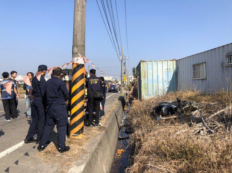 一名男子今天上午被發現陳屍在屏東南州華萬路段旁的水溝,一旁還有死者機車,事故發生原因已由檢警調查。記者翁禎霞/翻攝