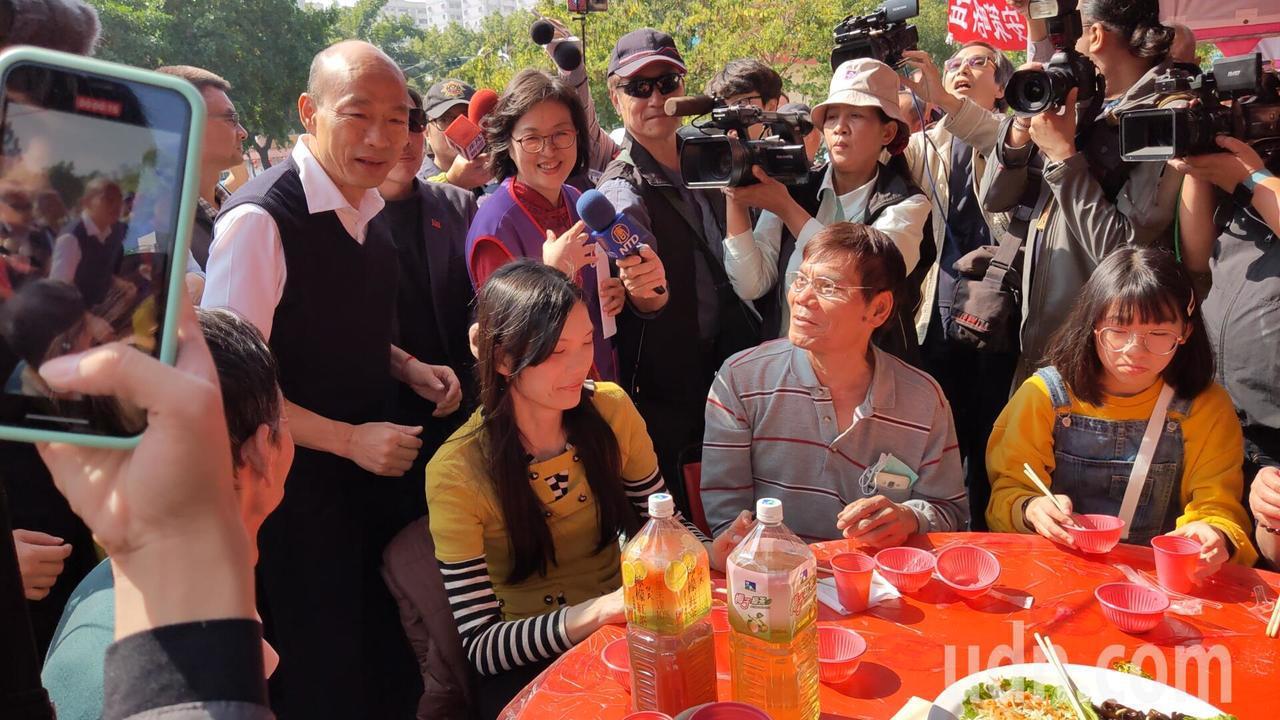 韓國瑜出席寒士尾牙「上菜囉!」 民眾喊市長加油