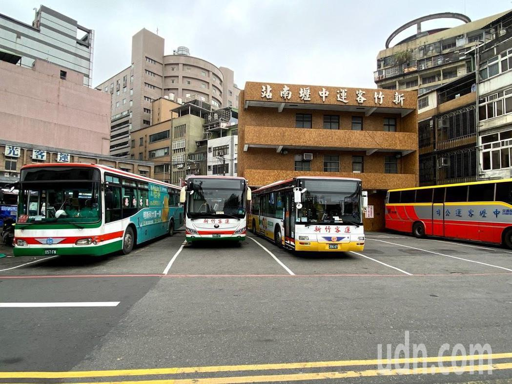 有民眾抱怨,新竹客運北站因空間不足,客運停放處的停車格畫得很小,司機以倒車入庫的...
