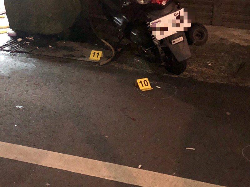 去年6月,兩輛自小客車開到瑞芳三爪子坑這戶民宅前,往屋內連開14槍,3名男子中彈受傷,記者吳淑君/翻攝