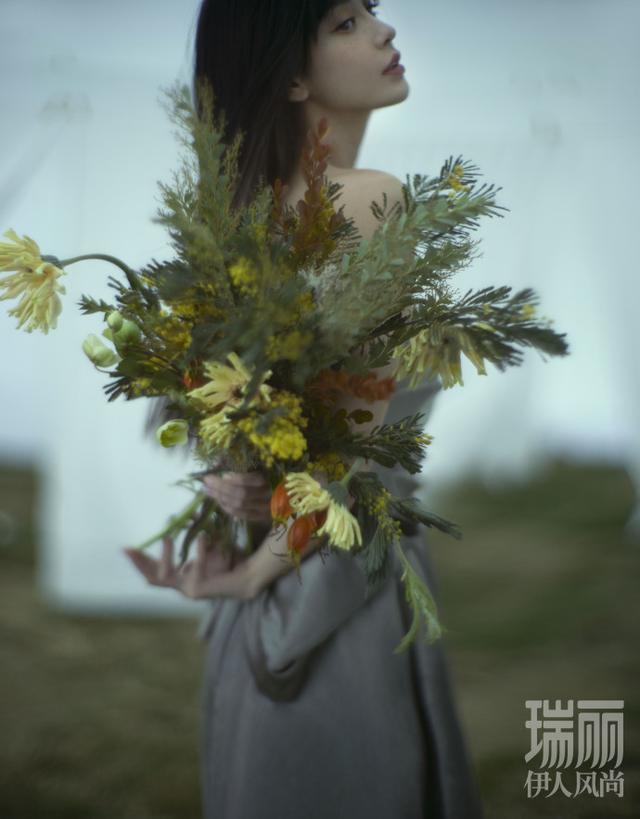Angelababy以少女姿態拍攝雜誌大片。圖/摘自微博
