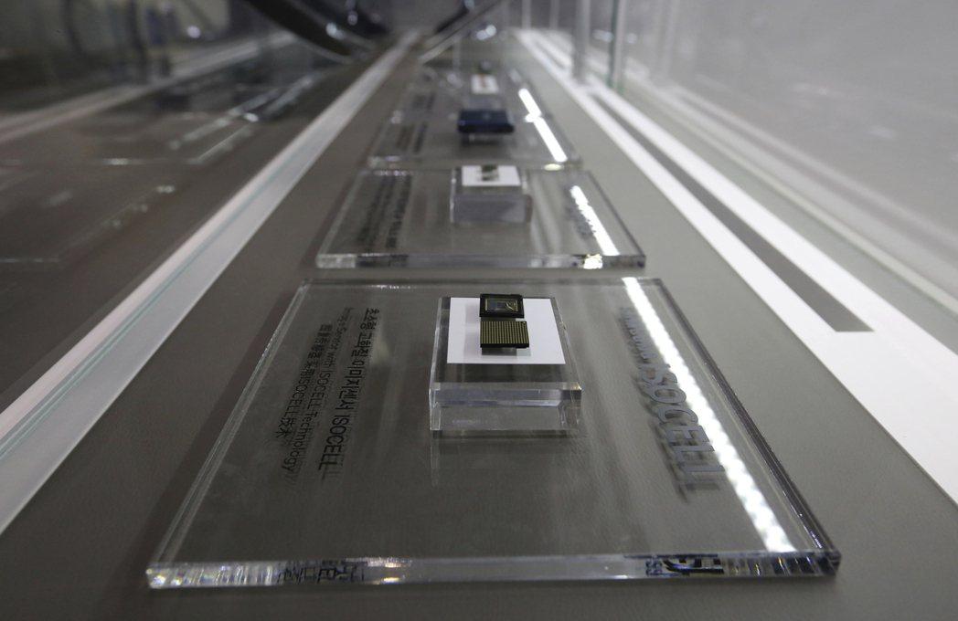 南韓宣布十年投入1兆韓元,培育下一代半導體產業。圖為三星電子的微晶片。(圖/美聯...