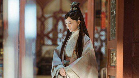 湯唯首部古裝電視劇「大明風華」由TVBS拿下台灣地區獨家授權,她在劇中飾演明朝孝恭孫皇后傳奇一生,光是劇中就換了168套服裝,還有男裝扮相,從16歲演到70歲,她透露為了入戲,私下也穿著戲服走來走去...