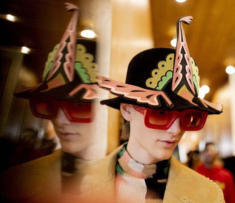 毛氈帽子及鞋款也帶有奇幻的天真氣息。圖/LOEWE提供