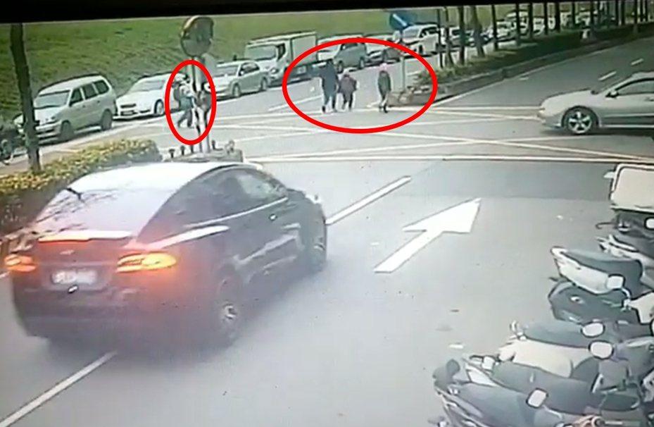 車禍前夕,一家四口正要過馬路卻遇上死亡車禍,當時母親帶2個小孩走在前面,父親走在最後面。記者林昭彰/翻攝
