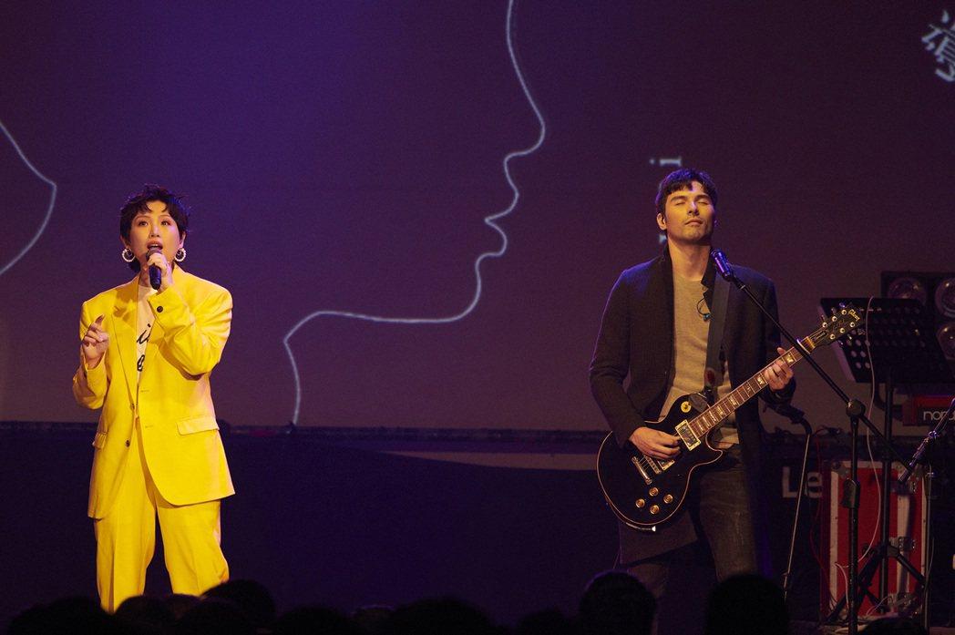 魏如萱(左)跟鳳小岳一同演唱合寫的「很難很難」。圖/好多音樂提供
