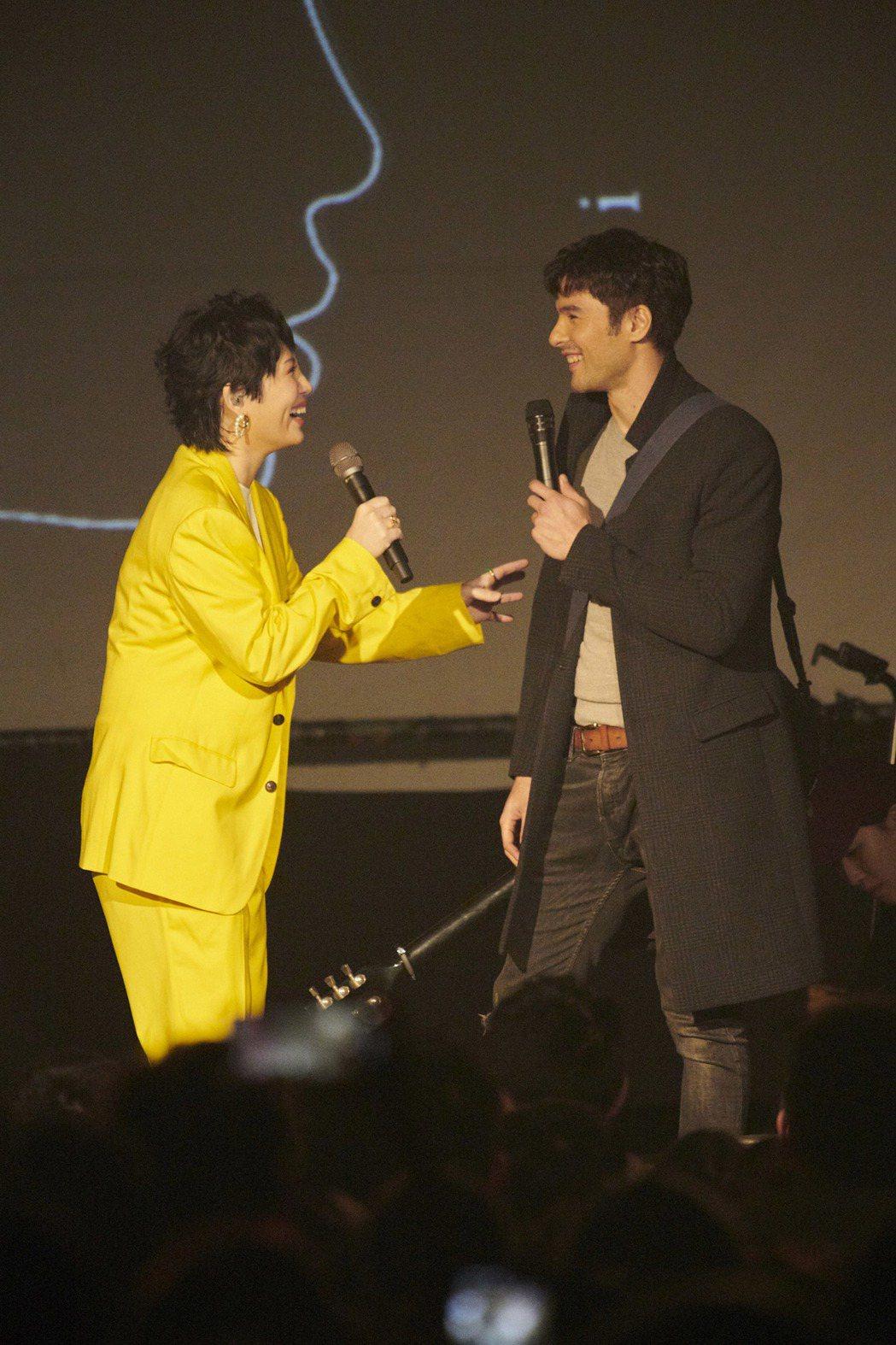 魏如萱(左)虧鳳小岳在台上愛耍帥。圖/好多音樂提供
