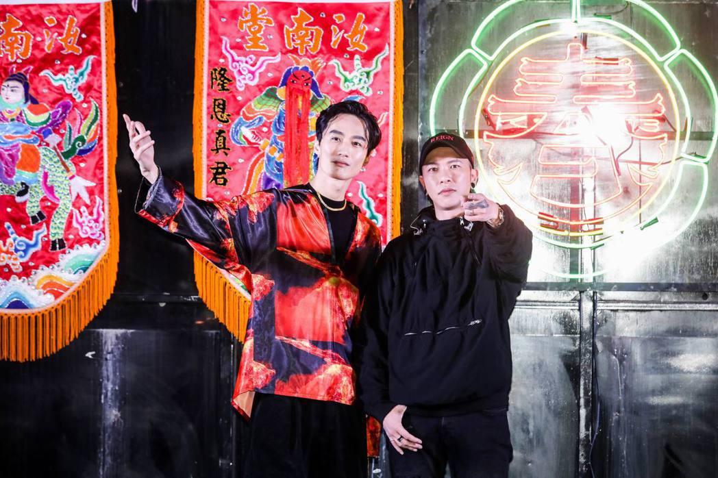 嘉賓李英宏(左)來幫小春的個人首次簽唱會助陣。圖/本色提供
