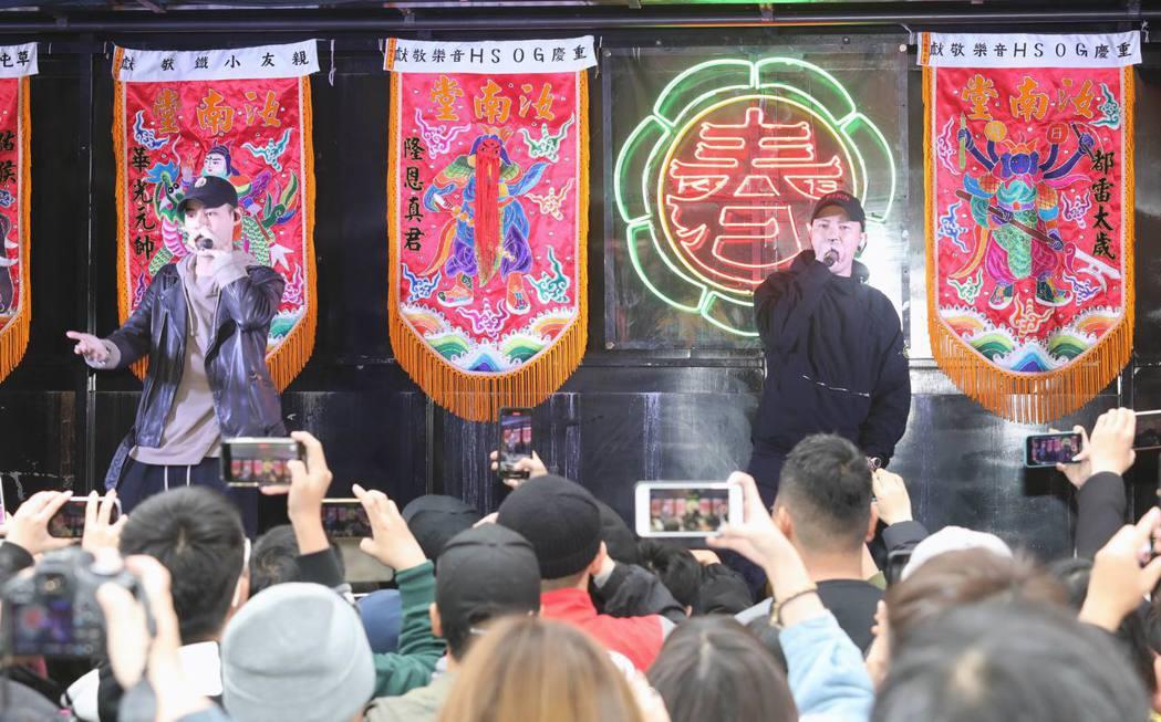 小春回到從小長大的松山慈祐宮廟口前廣場舉辦個人首次的簽唱會。圖/本色提供