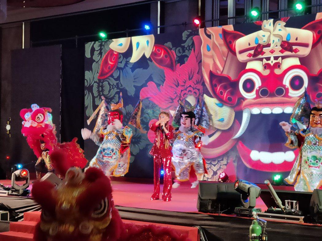 健豪印刷今晚舉辦尾牙,藝人王彩樺在開場時載歌載舞。記者黃寅/攝影