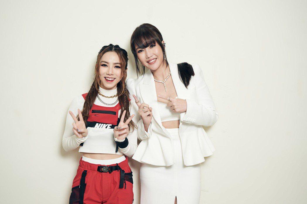 A-Lin(右)為了滿足女兒,開心跟女兒的偶像鄧紫棋合照。圖/索尼提供
