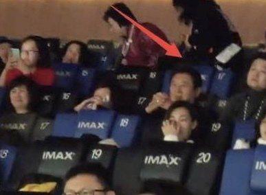 高以翔爸媽悄悄到電影院。圖/摘自微博