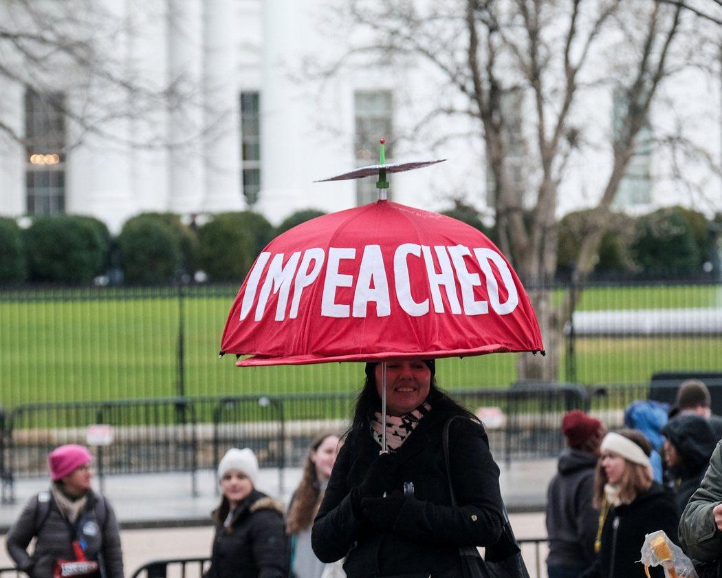 美國參議院21日將展開對總統川普的彈劾審判,圖為一名參加18日全美婦女大遊行民眾...