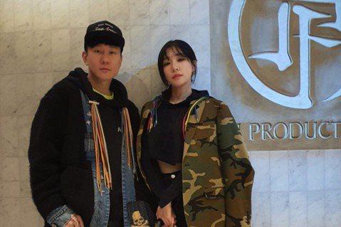 少女時代出身的Tiffany Young(蒂芬妮)19日在台北國際會議中心舉辦演唱會,JJ林俊傑也是座上賓。蒂芬妮來台後抽空造訪了JJ的工作室,兩人早就是好友,第一次在台灣見面。他們一起聊音樂、喝咖...