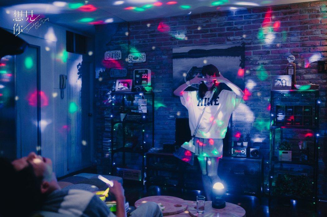 柯佳嬿在「想見你」中模仿伍佰MV中的動作。圖/衛視中文台提供