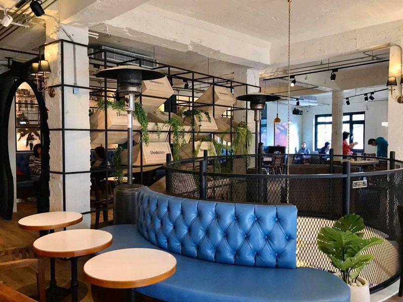 台南西門路與民族路口的知名建物寶美樓,目前是多那之咖啡店,內部裝設相當復古。圖/取自台南點臉書