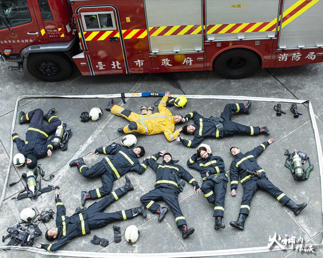 「火神的眼淚」演員拍攝消防員真人開箱挑戰。圖/公視提供