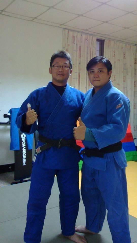 東勢處梨山站護管員廖恩暉(右)是橫跨柔道、角力、散打搏擊三種體育領域的「三冠王」...