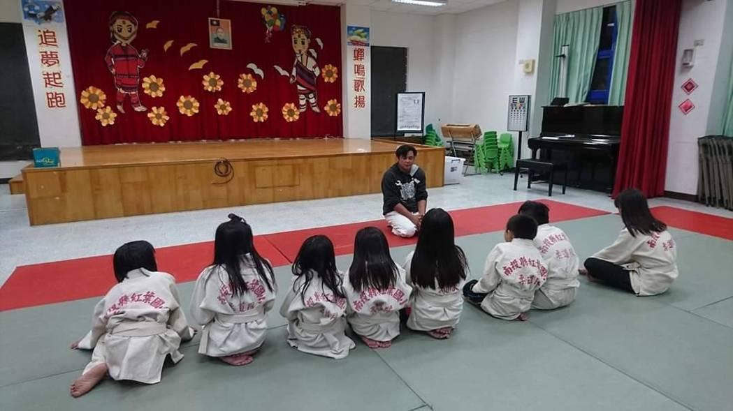 東勢處梨山站護管員廖恩暉是橫跨柔道、角力、散打搏擊三種體育領域的「三冠王」,還無...