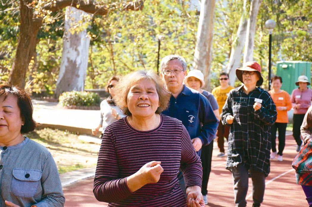 一群從未參加過馬拉松的長輩挑戰馬拉松,去年12月中起每周三練跑,從健走、深蹲開始...