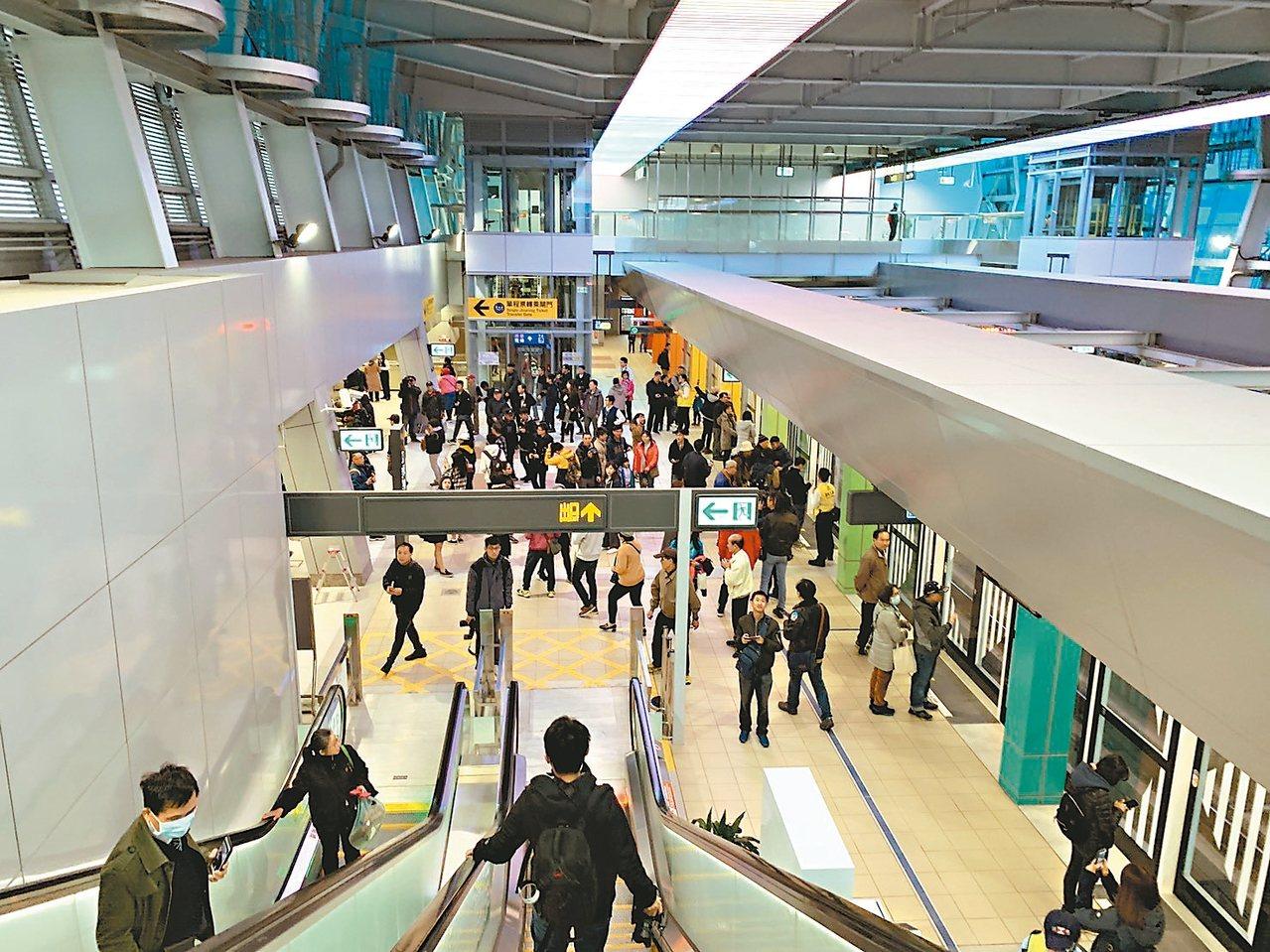 新北捷運環狀線昨天試乘首日,許多民眾專程來體驗,未來其中2個場站將納入鼓勵開發的...