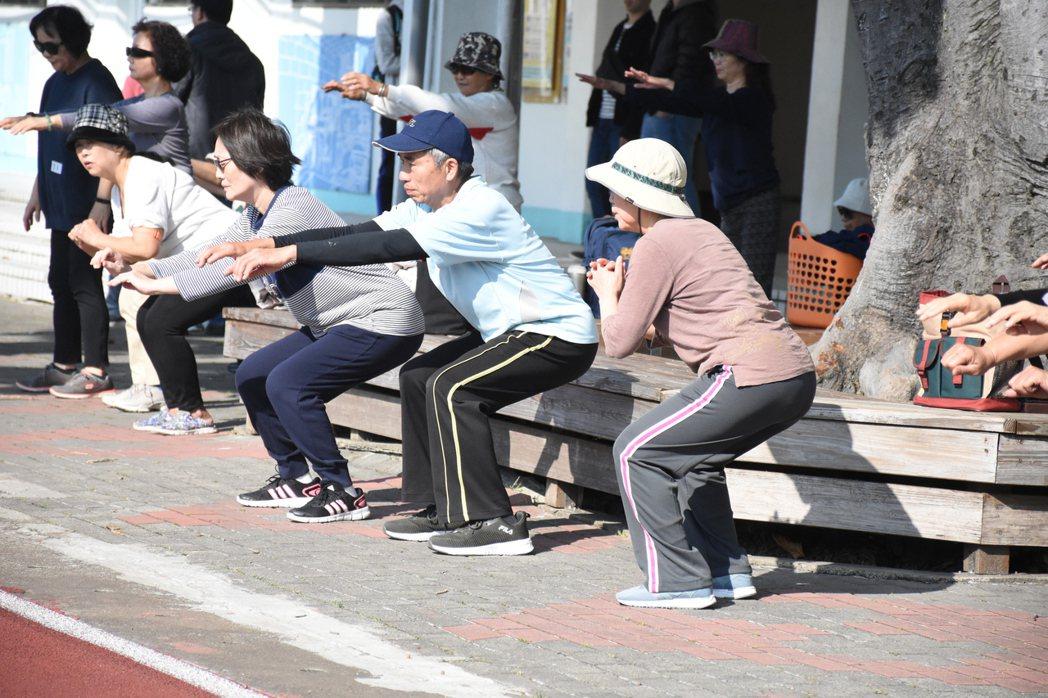 一群從未參加過馬拉松的長輩們挑戰馬拉松,去年12月中起每周三訓練跑步,從健走、深...