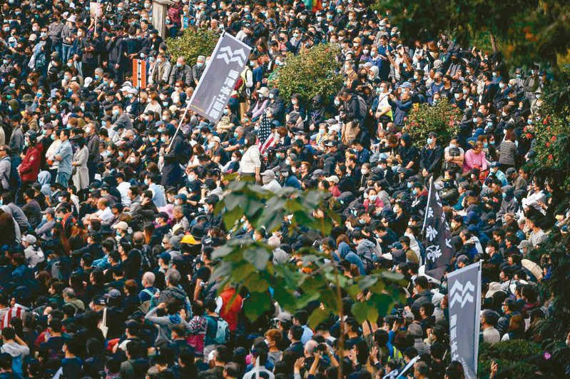 香港示威者昨在中環舉行「天下制裁」集會,主辦單位聲稱,至少有十五萬人參加;警方以出現暴力情況,腰斬集會,並拘捕集會主持者。 (法新社)