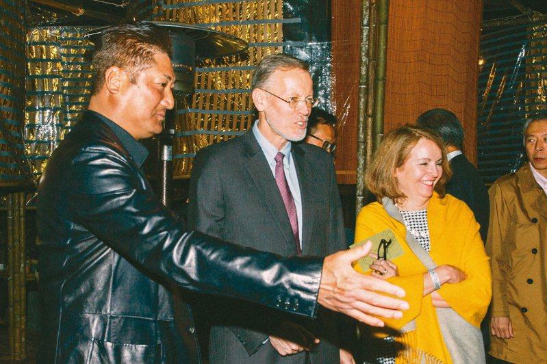 中國信託慈善基金會董事長辜仲諒(左)為美國在台協會處長酈英傑伉儷,介紹「中信FUN藝夜」。 圖/中信銀行提供