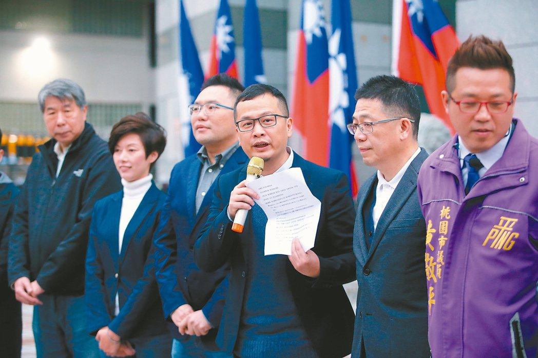 國民黨「+1」團隊成員,台北市議員張斯綱(左三)、台北市議員羅智強(右三)等人在...