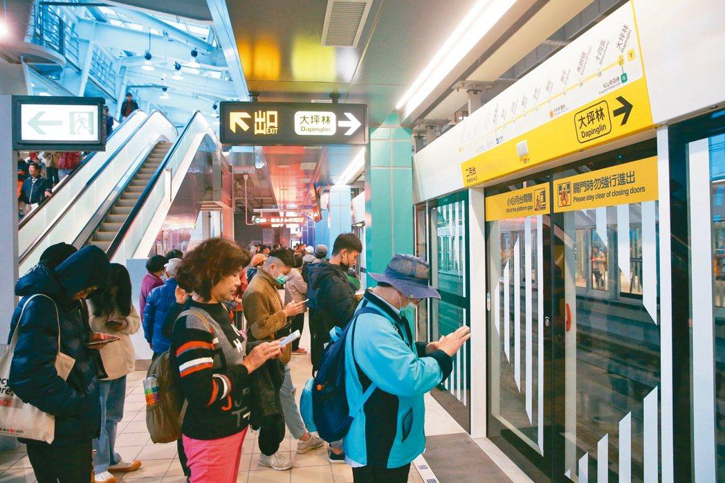 新北環狀線昨天開放試乘,一早便有許多民眾排隊等著試乘。 記者葉信菉/攝影