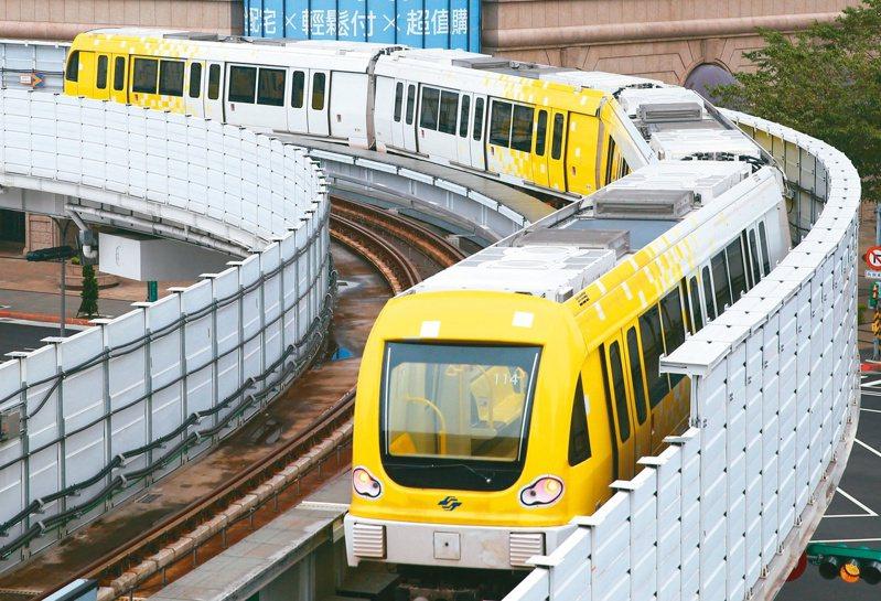 新北捷運環狀線昨天開放免費試乘,超過五萬五千人次搶搭。 記者葉信菉/攝影