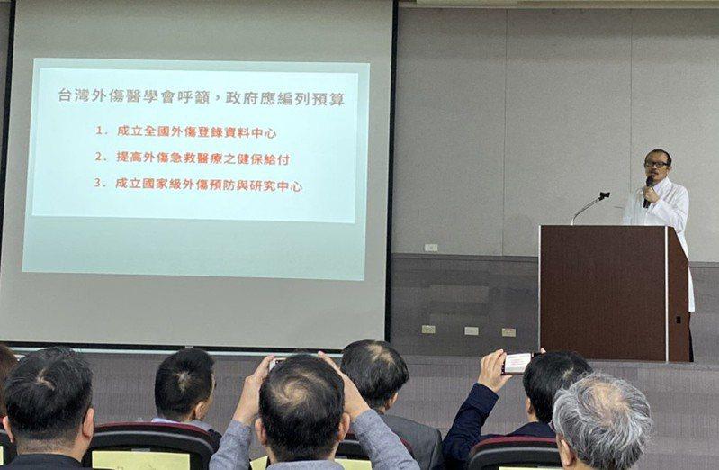 台灣外傷醫學會理事長簡立建呼籲,政府應建立國家級的「台灣外傷預防研究中心」,以便各醫院分析相關資料與原因。 記者簡浩正/攝影