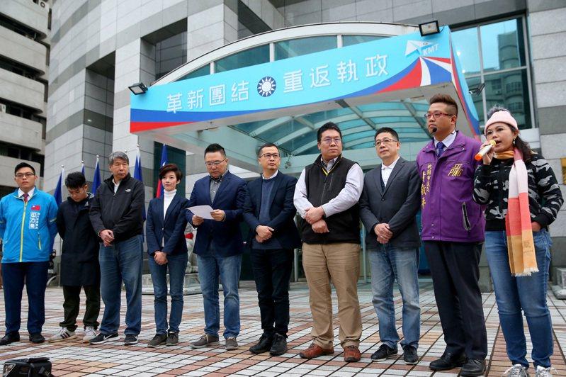 國民黨「+1」團隊昨天成立臉書社團,在中央黨部前舉行直播記者會,發表第二份改革聲明。記者余承翰/攝影